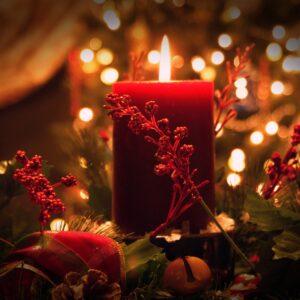 Weihnachtliche einzelne brennende Kerze