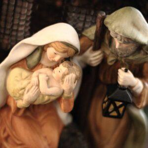 Puppendarstellung von Maria mit Jesuskind und Josef