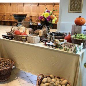 Tisch mit Gaben/Esswaren zum Erntedankgottesdienst